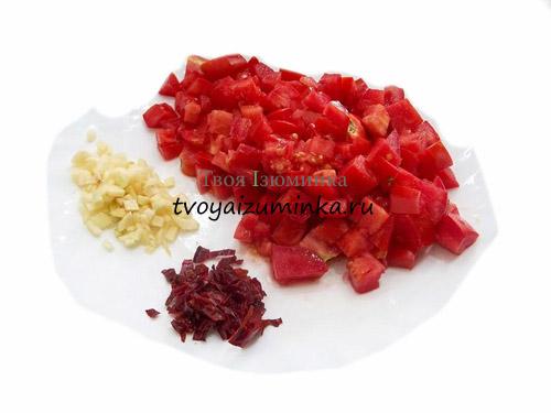 Измельченные помидоры, чеснок и перец