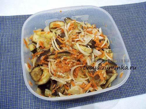Нарезанные баклажаны с овощами для маринования