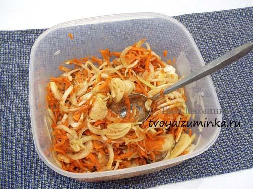 Нарезанные овощи со специями для маринования
