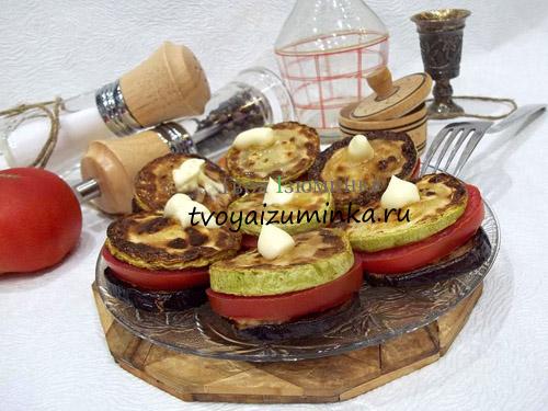 originalnaya-zakuska-baklazhany-s-kabachkami-chesnokom-i-pomidorami-1
