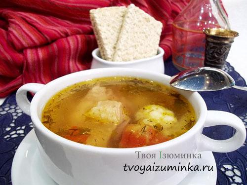 Овощной суп с цветной капустой в тарелке