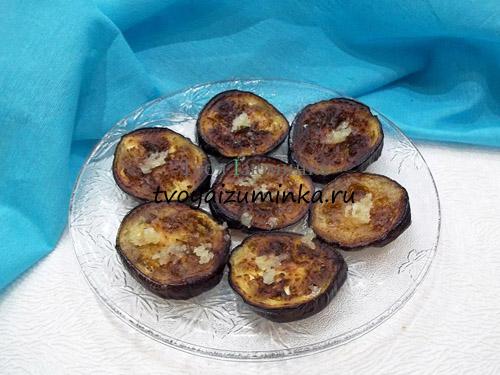 Жаренные баклажаны на блюде