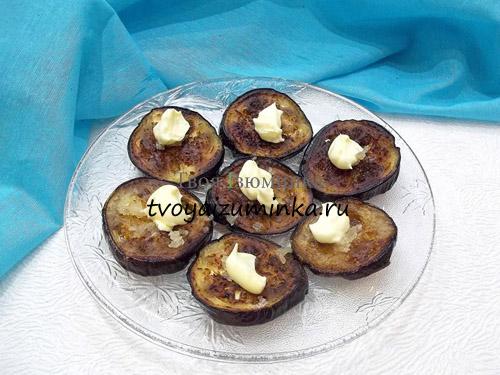 Жаренные баклажаны на блюде с майонезом