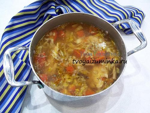 Готовый суп с курицей и грибами