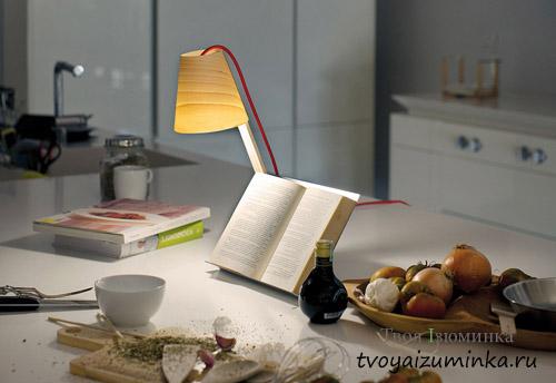 Настольная лампа на кухонном столе