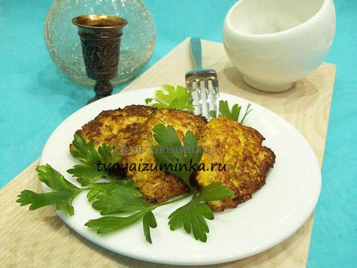 Два блюда в одном: оладьи из курицы и кабачков