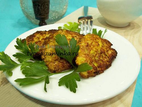 Оладьи из курицы и кабачков в тарелке