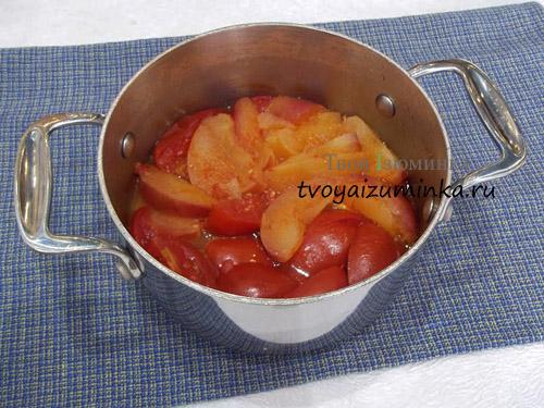 Томление помидор и яблок в кастрюле