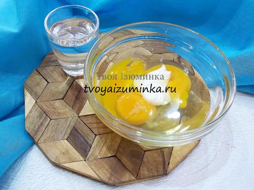 Яйца со сметаной и солью