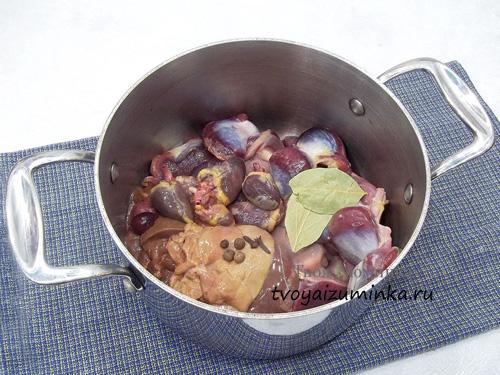 Куриные субпродукты в кастрюле