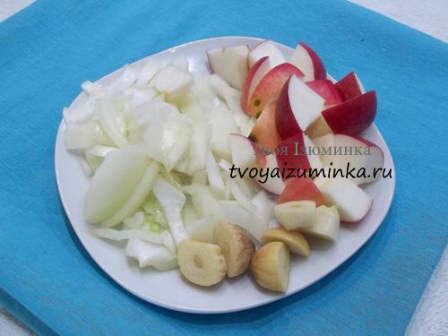 Нарезанные овощи и фрукты