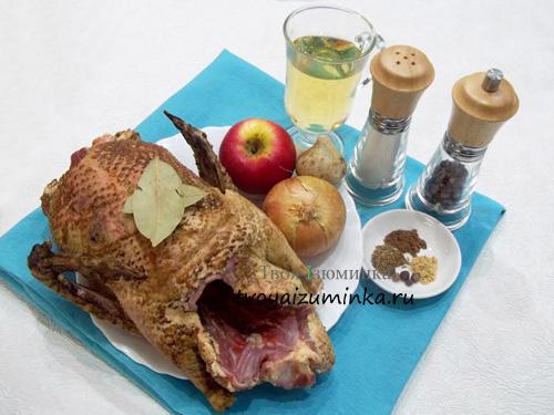 Утка кусочками тушеная с яблоками в сковороде, ингредиенты