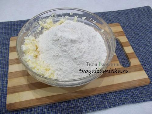 Добавление муки, соли, соды