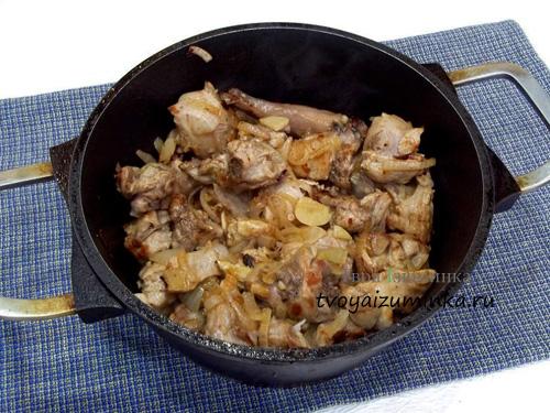 Обжаривание лука и чеснока с мясом кролика