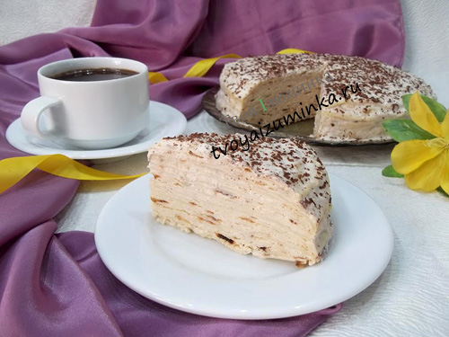 Блинный торт со сметанным кремом, бананами и шоколадной крошкой