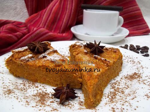 Диетический морковно-тыквенный пирог на тарелке