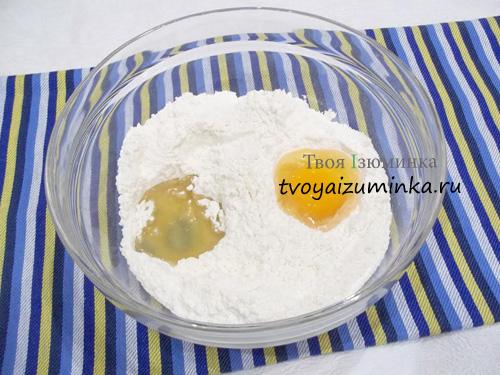Добавление масла и яйца