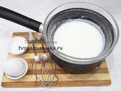Добавление яйца, соли и сахара