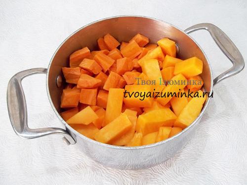 Нарезанные кубиками морковь и тыква