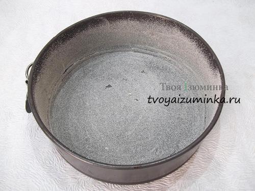 Обсыпание формы для выпечки манной крупой