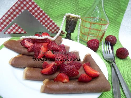 Шоколадные блинчики с клубникой