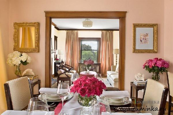 Большое зеркало в гостиной