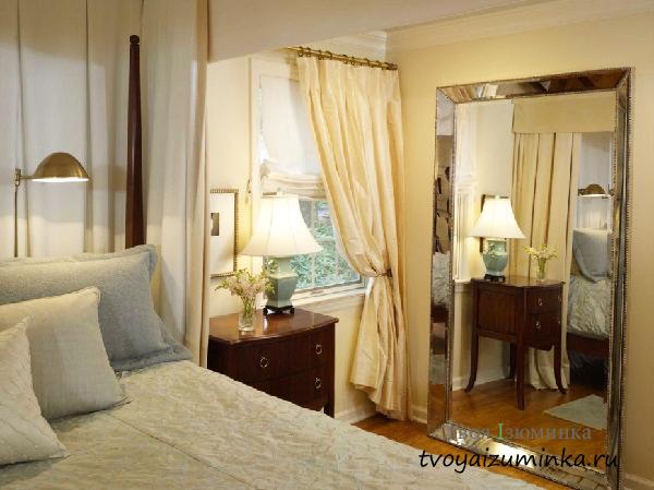 Большое зеркало в спальне на полу
