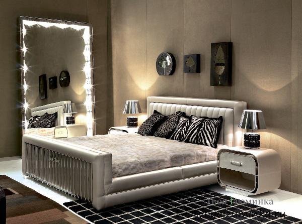 Большое зеркало в спальне с подстветкой