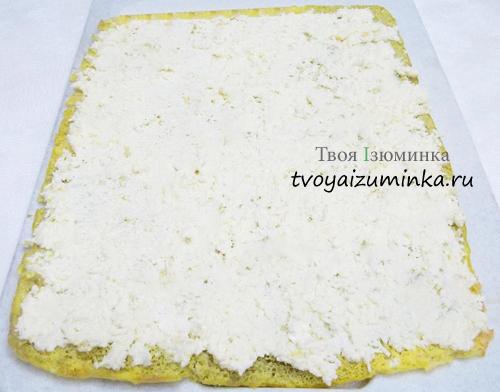 На омлет тонким слоем равномерно нанесем сырную начинку