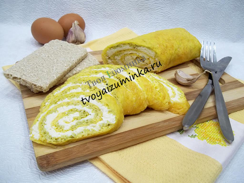 Яичный рулет с начинкой из чеснока и сыра оригинальная закуска на стол