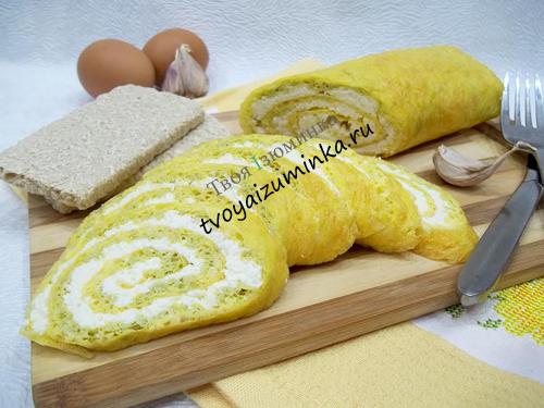 Яичный рулет с начинкой из чеснока и сыра