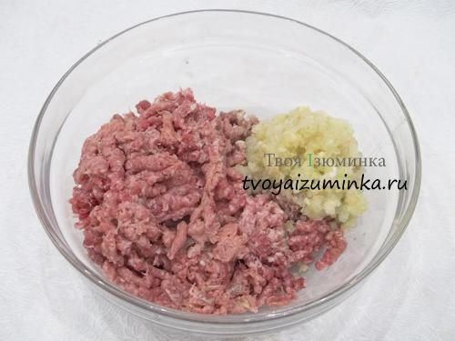 Перемолотые мясо, лук и чеснок