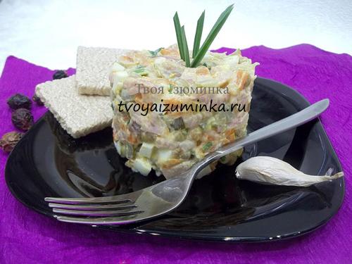 Простой и вкусный салат с копченой курицей. Как стильно подать салат