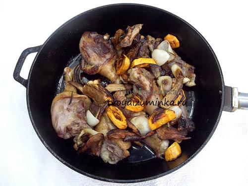 Добавление грибов с луком и морковью к утке