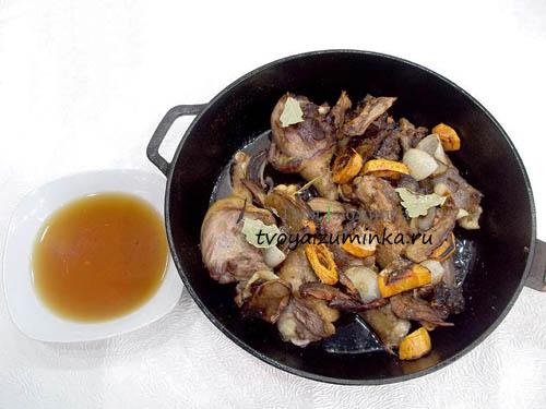 Добавление пряностей и грибного соуса к утке