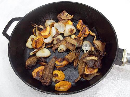 Обжаривание грибов с луком и морковью