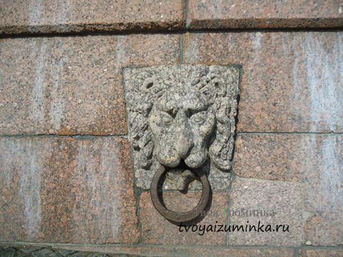 Львиные маски на Стрелке Васильевского Острова