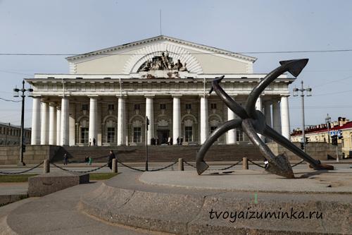 Здание Фондовой биржи на Стрелке Васильевского острова в Санкт-Петербурге