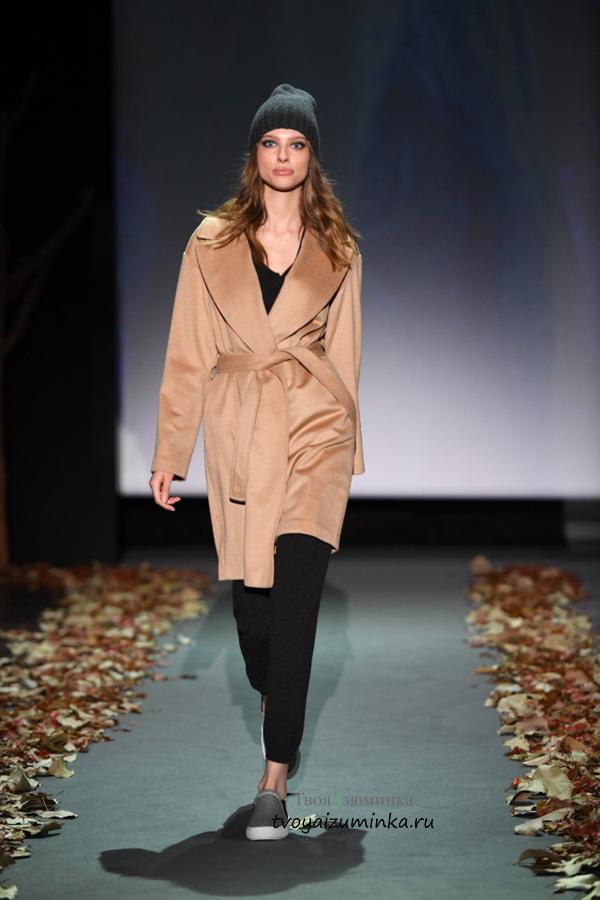 Модные цвета в одежде сезона: длинное пальто бежевого цвета