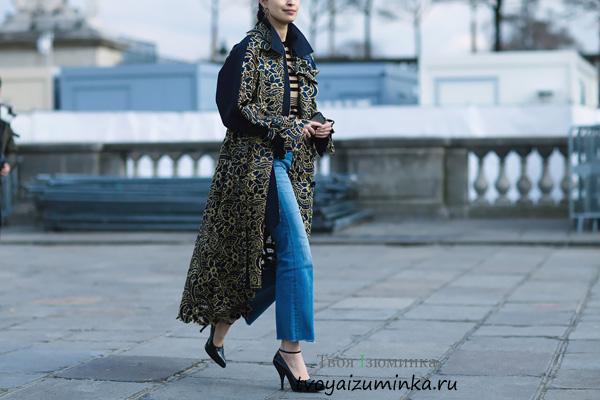Длинное темно-синее пальто с цветочными принтами
