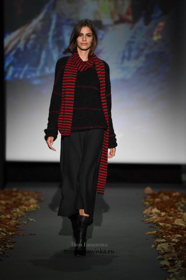 Длинный шарф в красную полоску