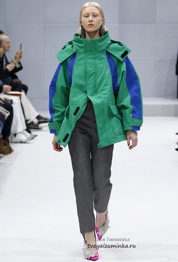 Куртка изумрудного цвета с синими вставками в стиле оверсайз