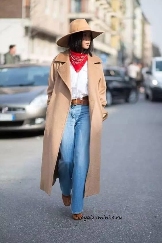 Широкое пальто бежевого цвета