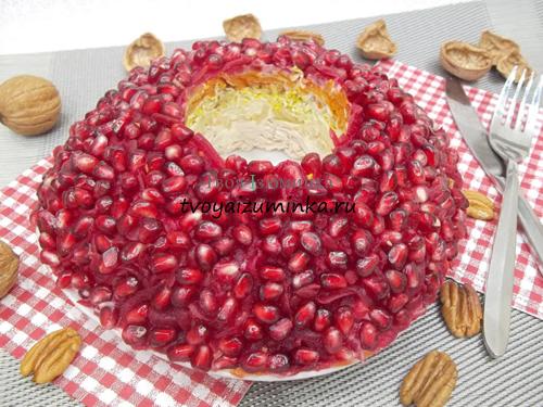 Салат «Гранатовый браслет» с курицей: яркое украшение праздничного стола