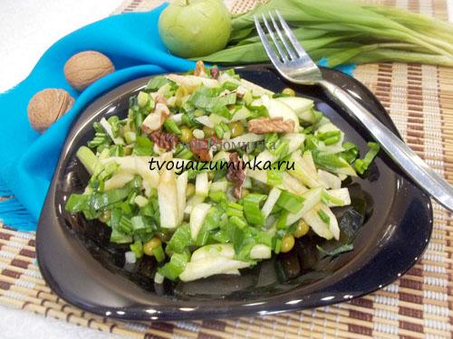 Салат с яблоком, грецкими орехами и черемшой