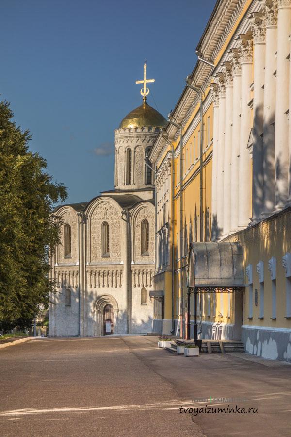 Здание Палат и Дмитровский собор во Владимире.