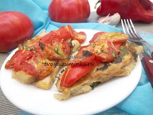 Готовое блюдо - запеченный с овощами минтай.