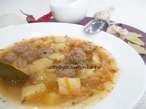 Готовый капустный суп с фрикадельками.