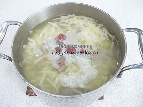 Заправьте суп фрикадельками.