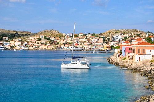 Яхта вблизи острова Крит, Греция.